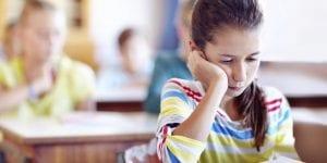nena triste en la escuela