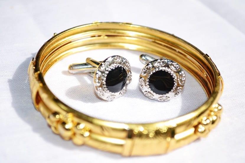 Combinar joyas doradas y plateadas