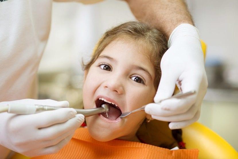 nena que va a visitar al dentista y está contenta