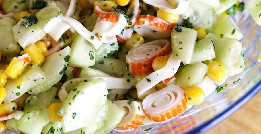 Ensalda de surimi con pepino y maíz