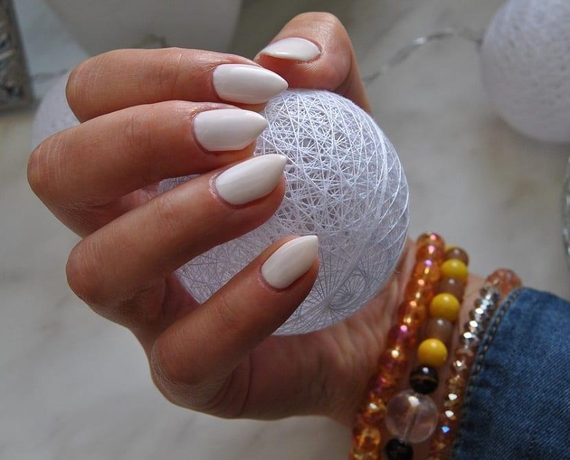 Estilo de uñas almendradas