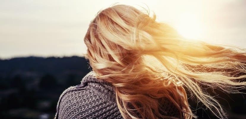 rubia con pelo y sol