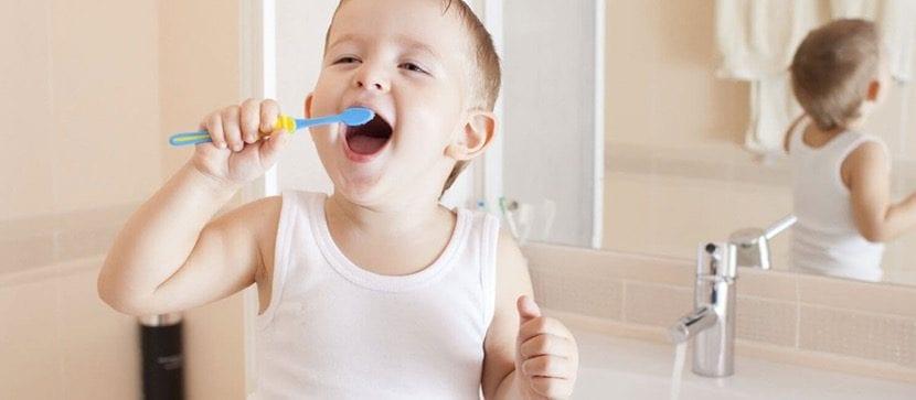 Cepillar los dientes siendo divertido