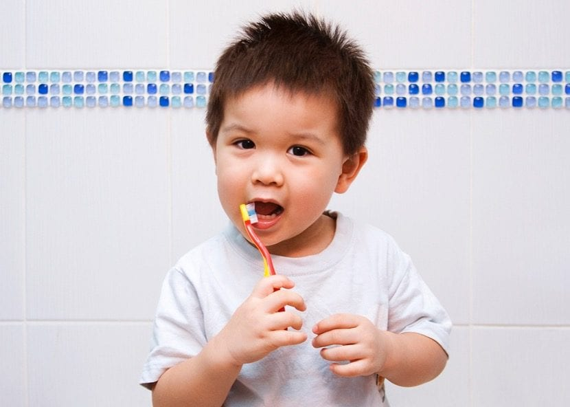 porque cepillarse los dientes niños