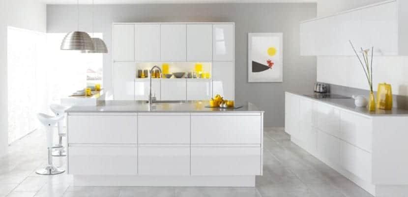 Cocinas modernas blancas para el hogar for Suspension de cocina moderna