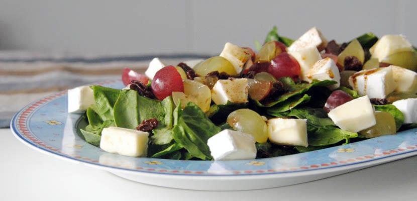 Ensalada de espinacas, uvas y queso