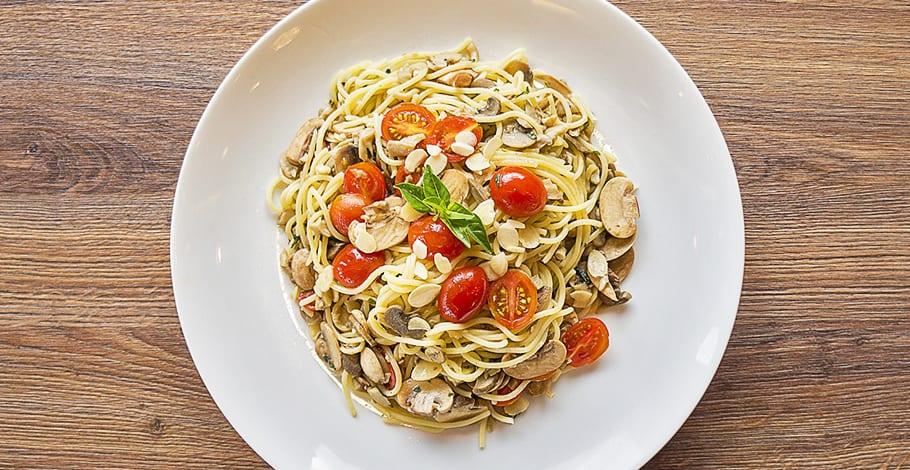 Espaguetis con tomates cherry, champiñones y almendras