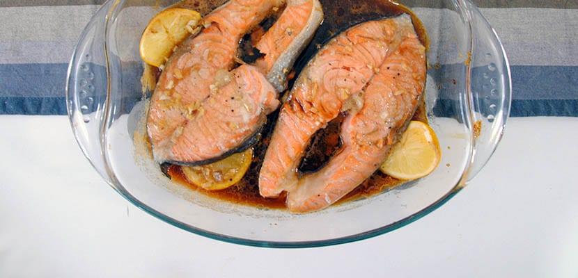 Salmón al horno con salsa de miel y limón