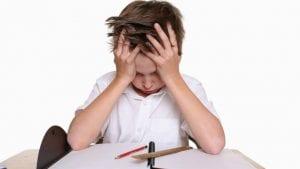 nene frustrado porque le dicen hiperactivo