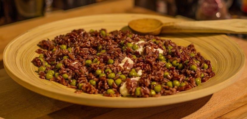 plato de arroz rojo