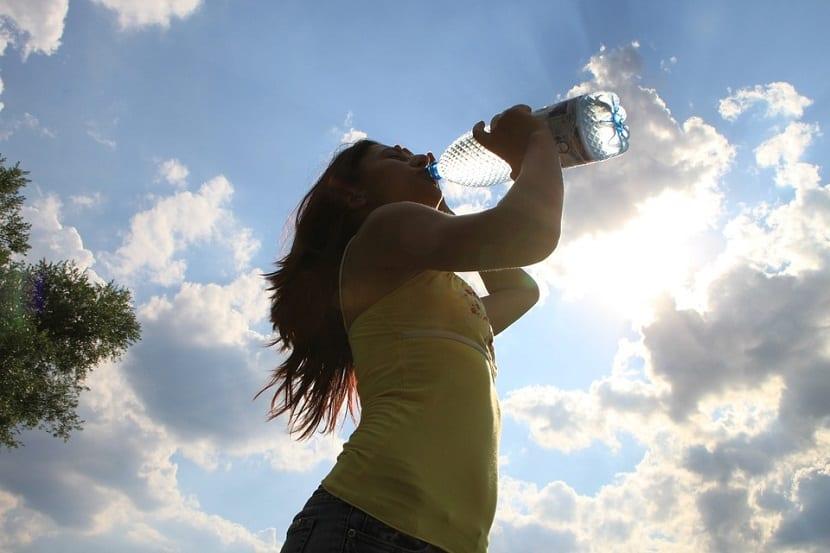 Beber agua durante las comidas