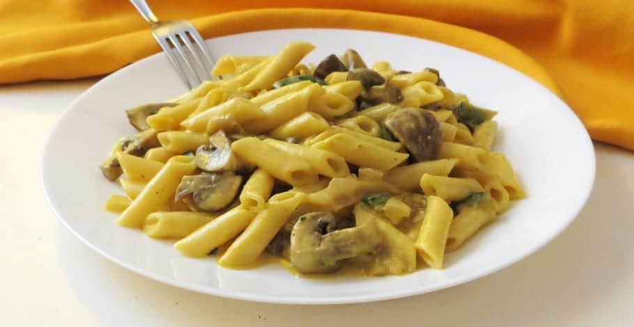 Macarrones con champiñones Portobello y salsa de yogur al curry