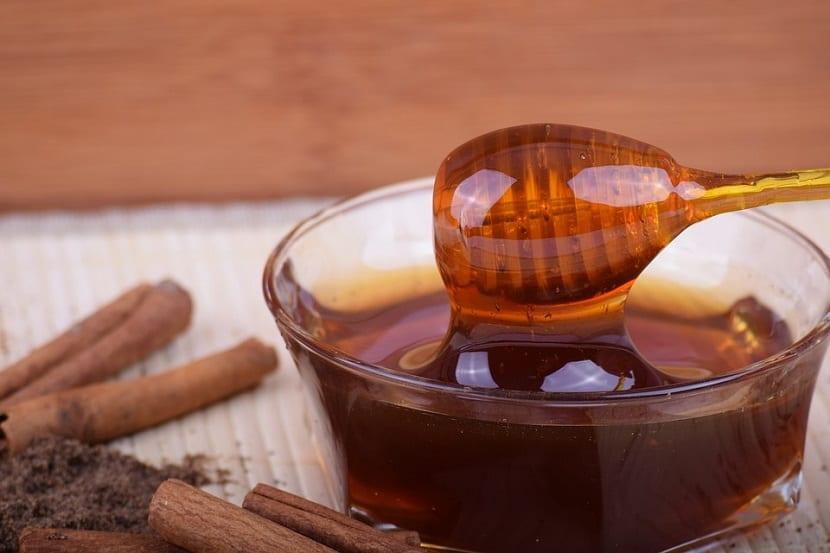Miel o azúcar más calorías