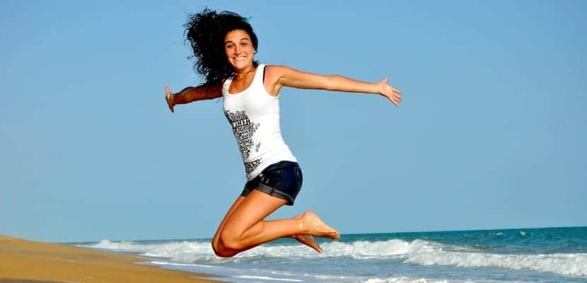 chica feliz saltando
