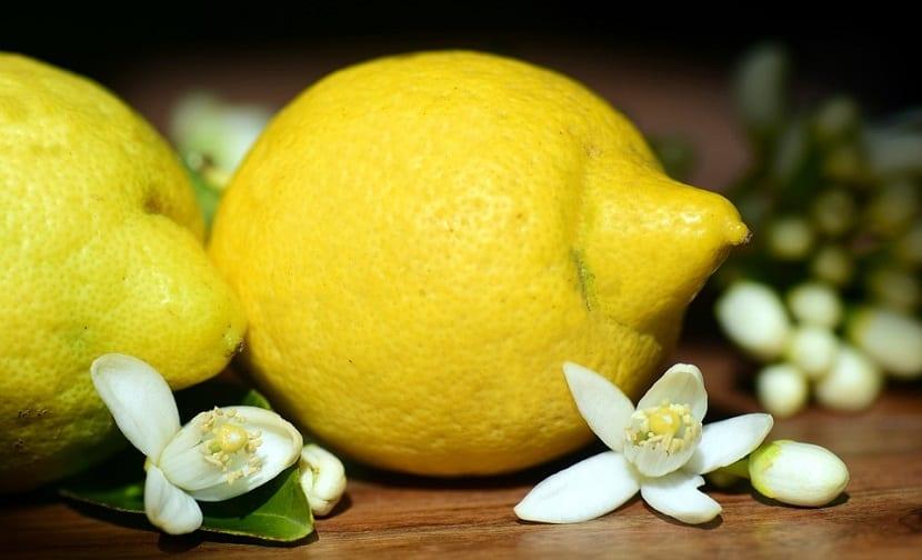 Aclarar cejas con limón
