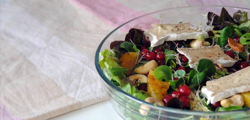 Ensalada de brotes verdes, grosellas y queso de anacardos