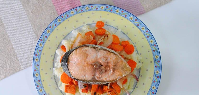 Ensalada de coliflor y zanahorias asadas con salmón