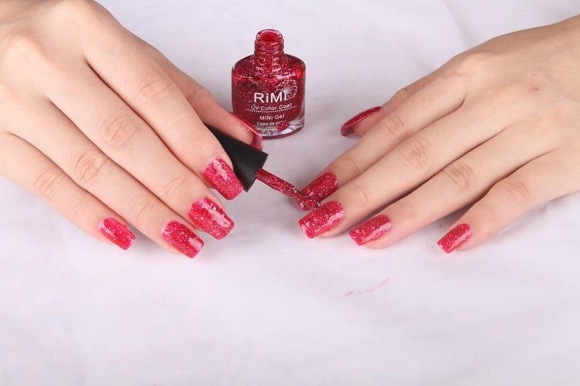 Manicura en color rojo con brillo