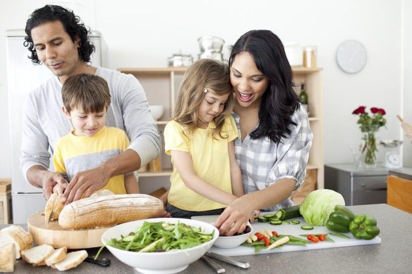 familia tomando una comida saludable