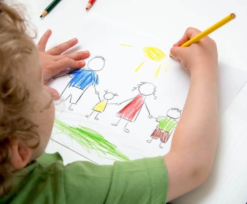 nene dibujando para su mama