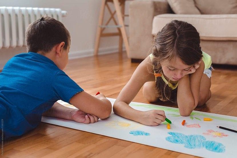 nenes que están dibujando