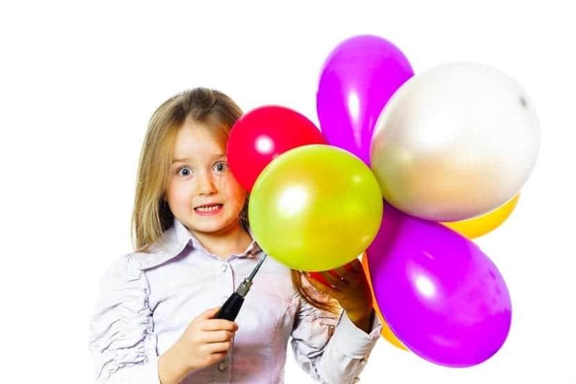 niña asustada con globos
