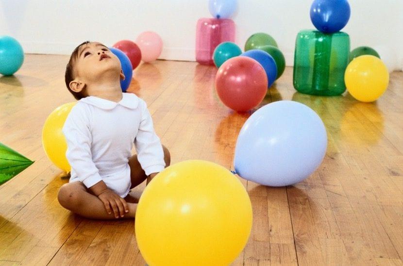 niño en fiesta con globos