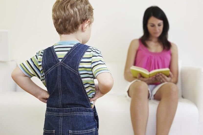 nene enfadado con su mama