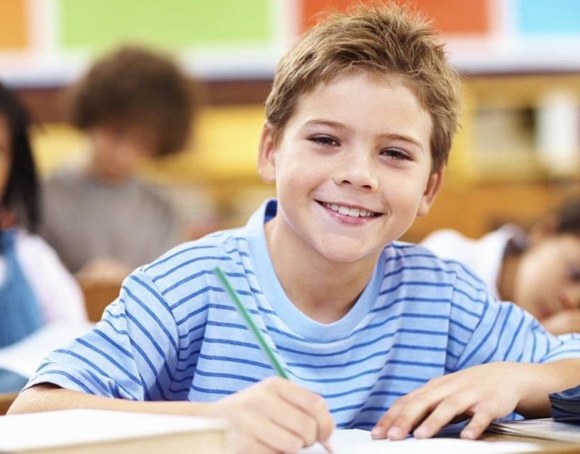 niño feliz en la escuela