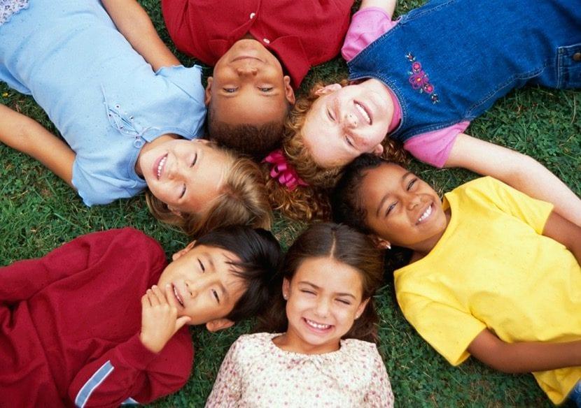 niños tolerantes y amigos