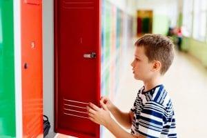 nene en la escuela con ansiedad escolar