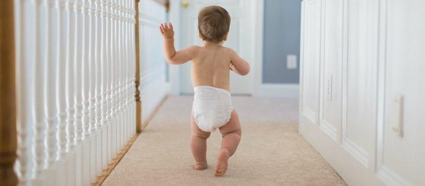 bebe que comienza a caminar
