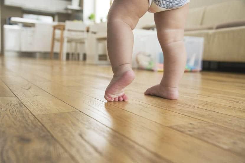 pies de bebe que empieza a caminar