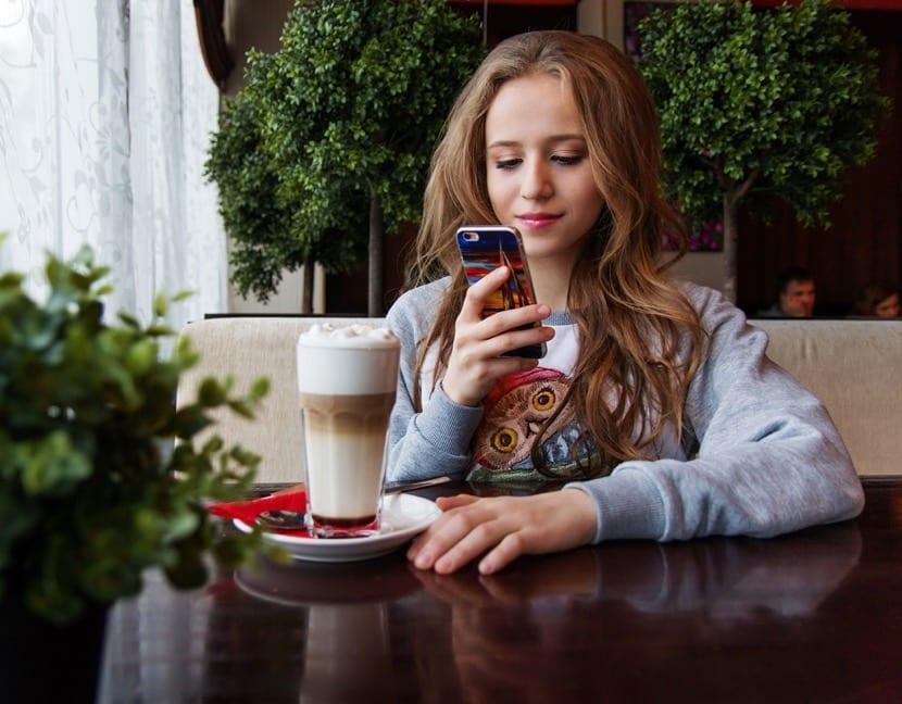adolescente gastando datos móviles