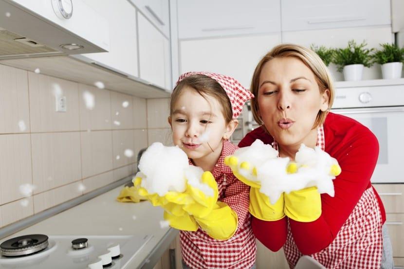 ama de casa en el hogar con su hija