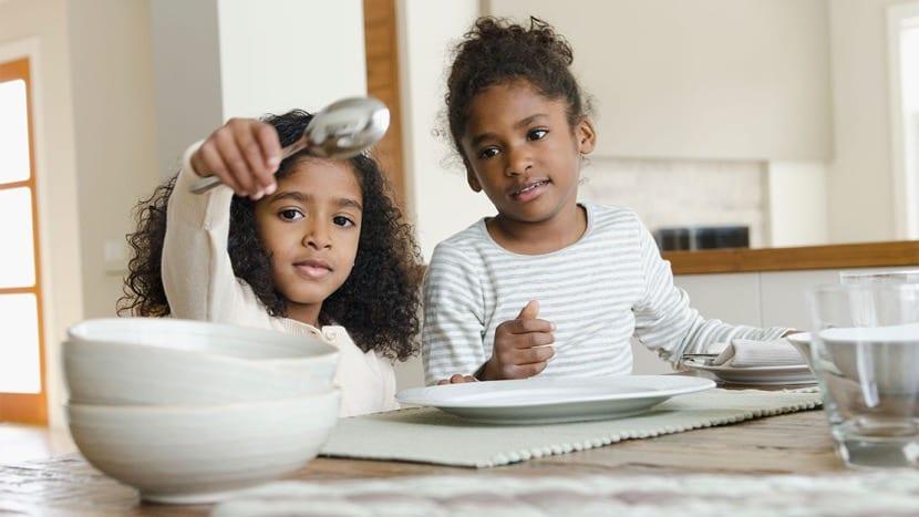 nenas haciendo tareas de casa