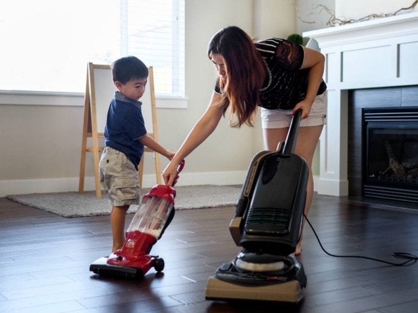 nene aprendiendo a hacer tareas de casa
