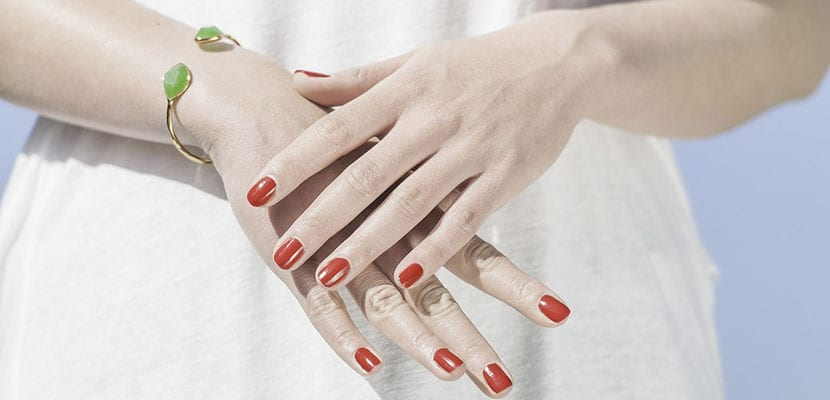 Uñas rojas de gel