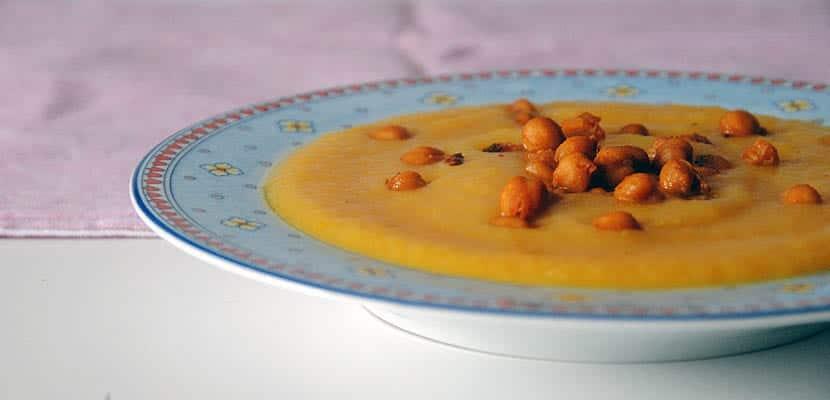 Crema de calabacín y zanahoria con garbanzos especiados