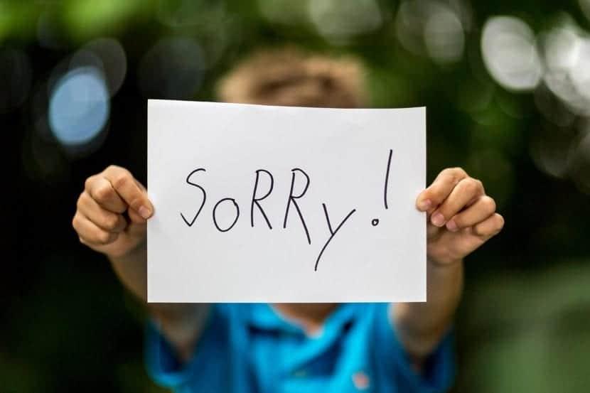 nene que pide disculpas en un cartel