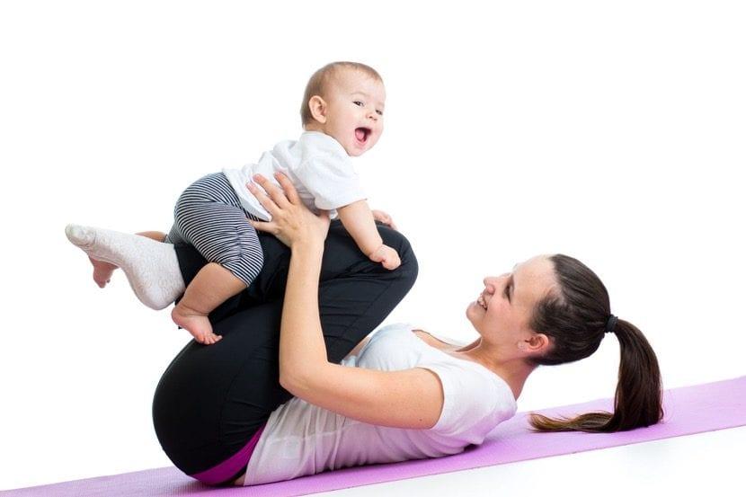 madre ocupada haciendo ejercicio con su bebe