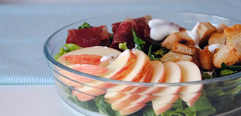 Ensalada de manzana y cecina con salsa de queso