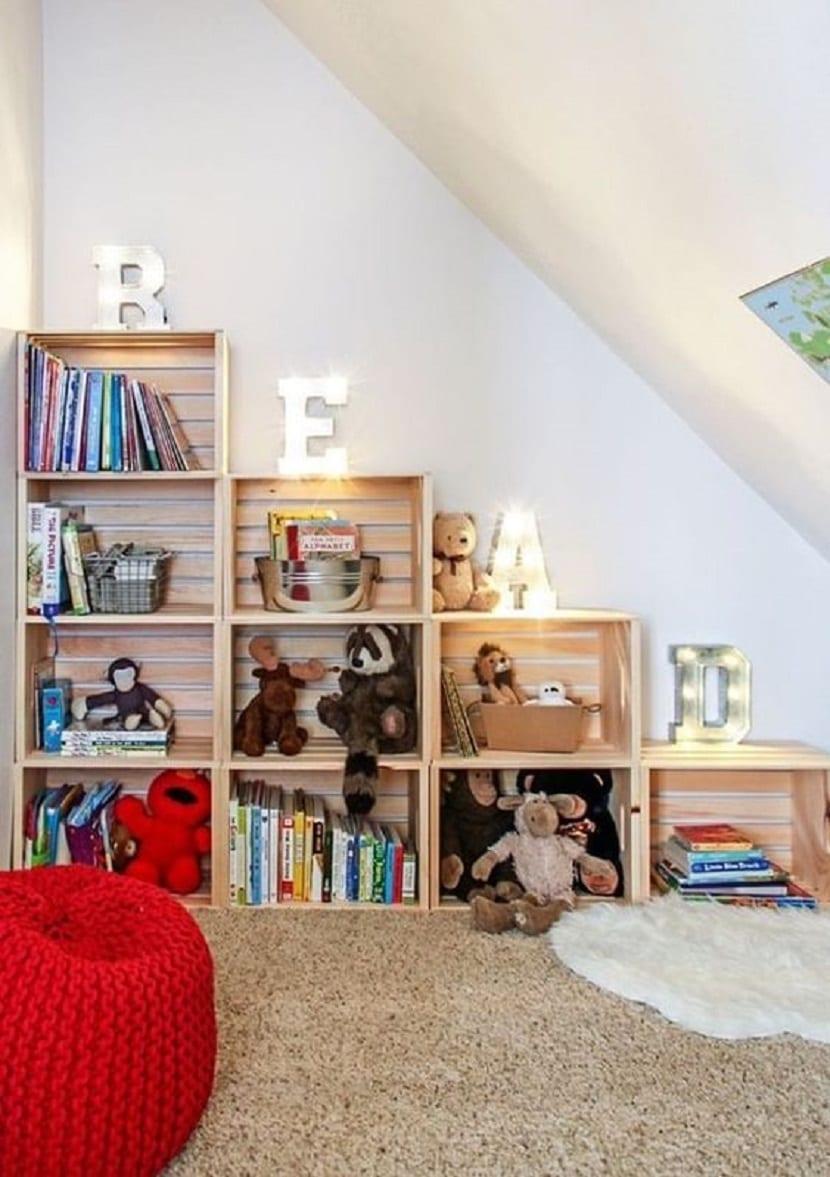 Estantería infantil con cajas de madera