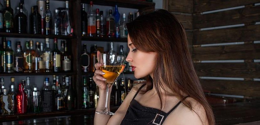 Mujer en un bar