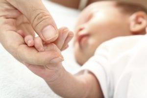 mama cogiendo la manita del bebe