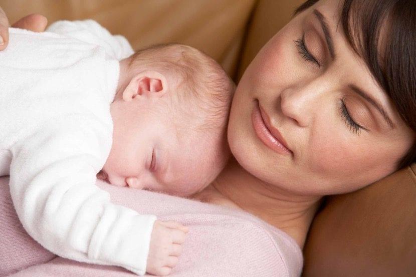mama durmiendo con el bebe en su pecho