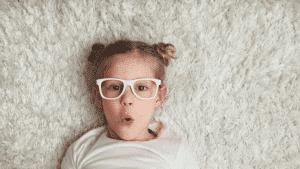 nena con gafas blancas