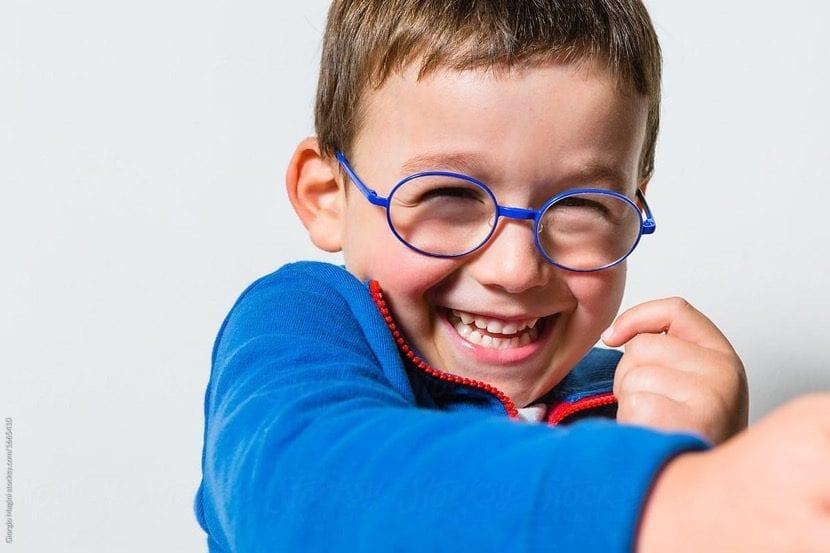 nene sonriendo con gafas azules
