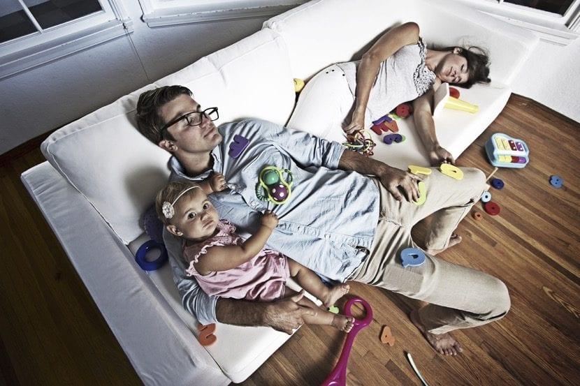 padres y pareja muy cansada
