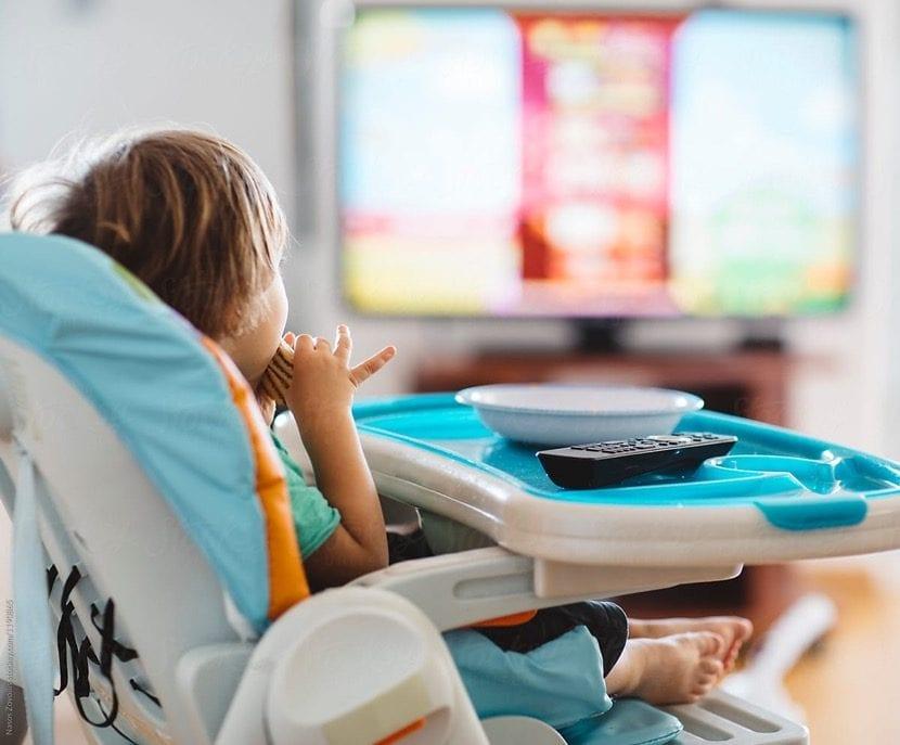 nene pequeno viendo la tele
